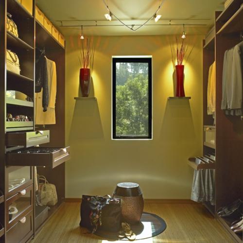 Kleiderschrank wandlampen fenster ankleideraum