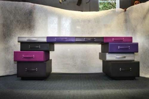 recycelte koffer lila nuancen farben bürotische schreibtische