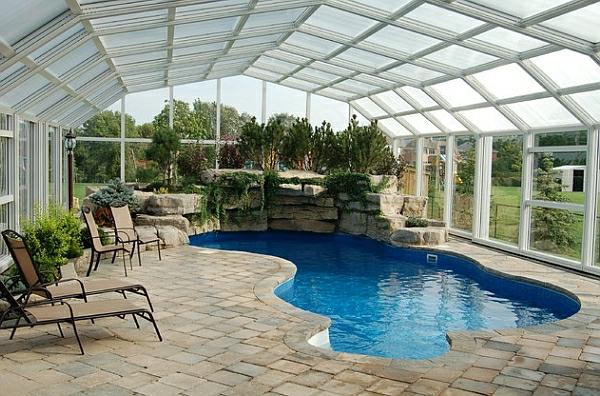 schwimmbecken zu hause natursteine grüne pflanzen