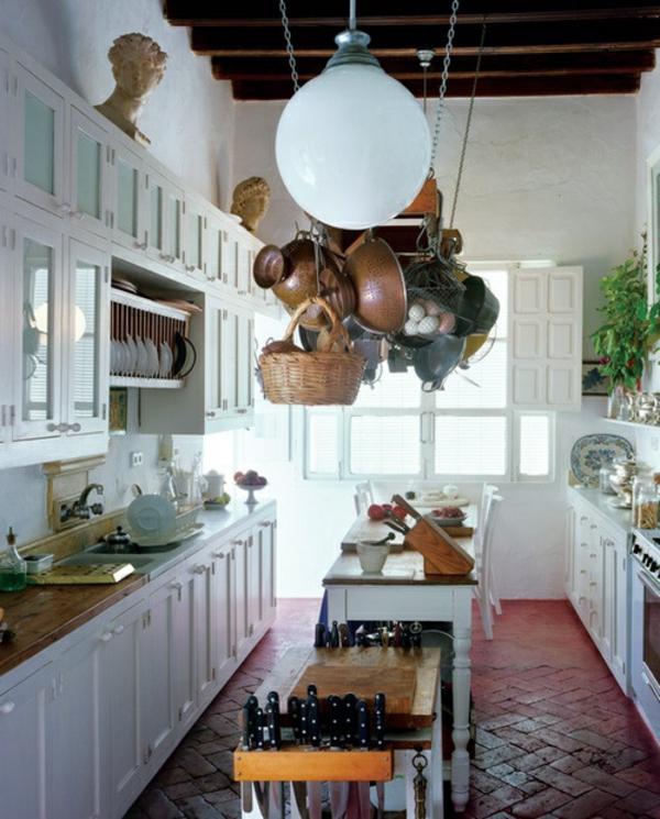 töpfe und pfannen weiße küchenschränke