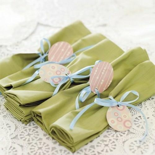 tischdeko zu ostern apfelgrüne stoffservietten papier anhänger