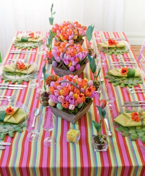 tischdeko zu ostern bunte tulpen osterkörbe holz moos