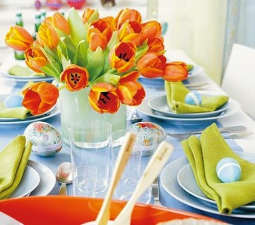 tischdeko zu ostern orange tulpen grüne stoffservietten