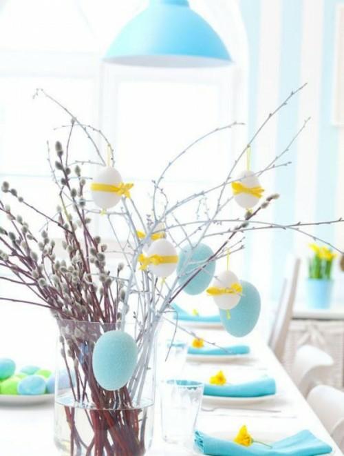 tischdeko zu ostern weidenzweige blaue servietten gelbe stoffsteifen