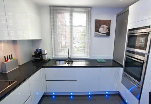 ergonomische neonlichter weiße schränke