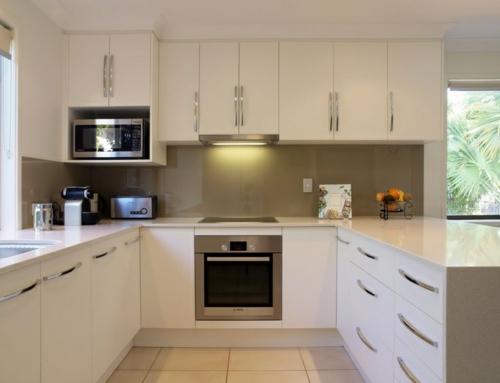ergonomische küche weiße schränke chrom griffe