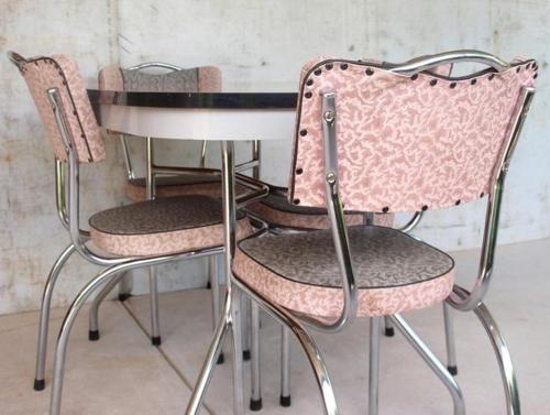 vintage tische gemustert rosa stühle