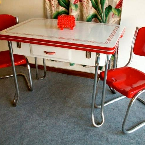 vintagetische knall rote stühle metall
