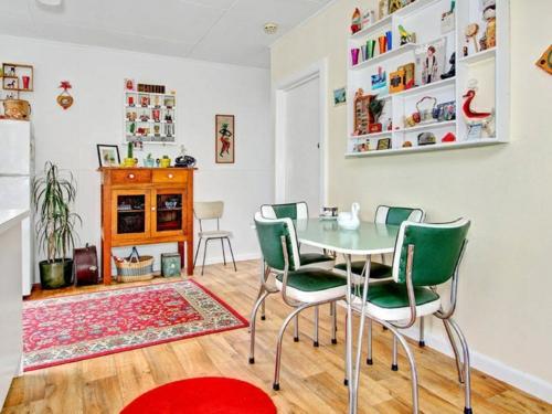 vintagetische perserteppich grüne stühle