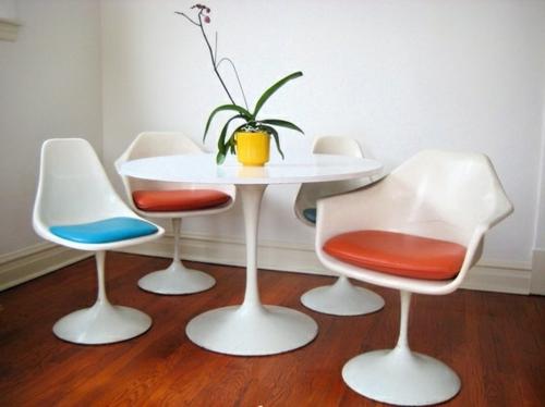 vintage tische weiße plastiktische bunte sitzauflagen