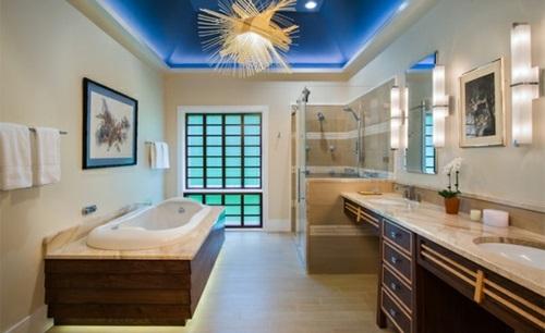 Badezimmer mit Badewannen aus Holz marmor