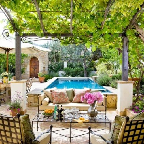 patio mit Naturstein gestalten garten veranda tisch getränke