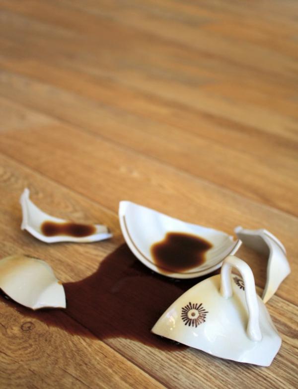 Bodenbelag aus Massivholz kaffetasse gebrochen