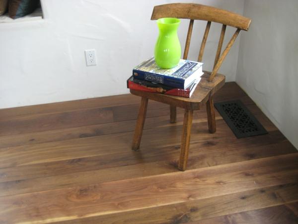 Bodenbelag Massivholz stuhl bücher kissen