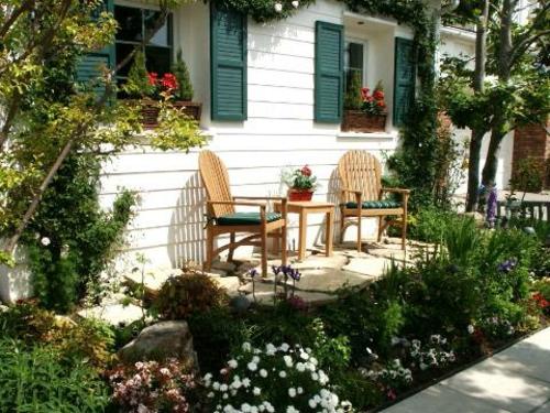 Coole Gartendeko sitzecke holz stühle pflanzen veranda