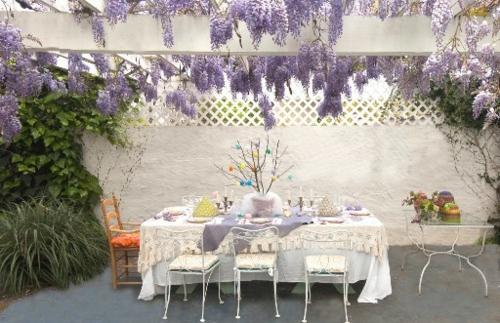 schöne Osterdeko basteln tisch lila blüten wohlriechend