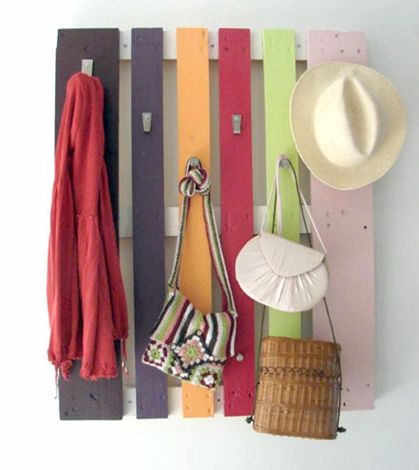DIY Möbel aus Europaletten bunt platten kleideraufhänge flur