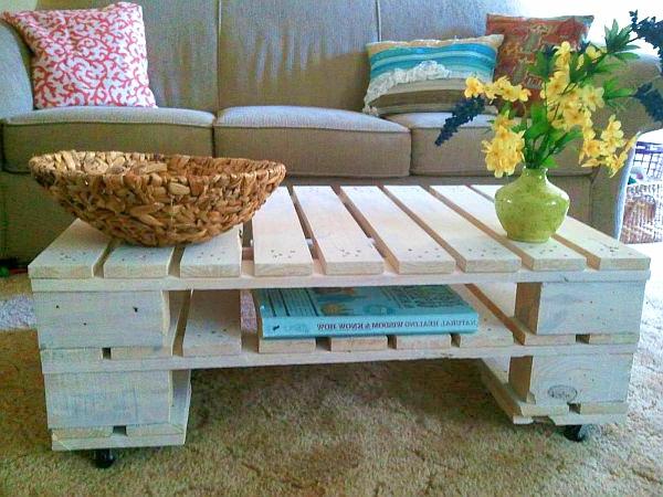 DIY Möbel aus Europaletten couchtisch massiv rollen wohnzimmer
