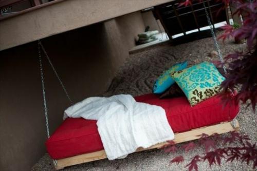 DIY Schaukel Europaletten auflagen rot kissen türkis