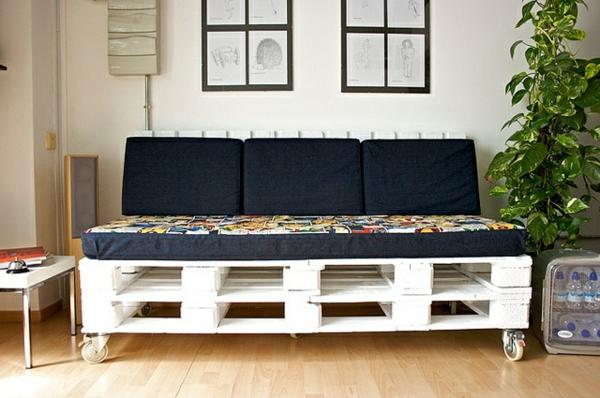 DIY Sofas aus Europaletten auflagen bunt rollen weiß