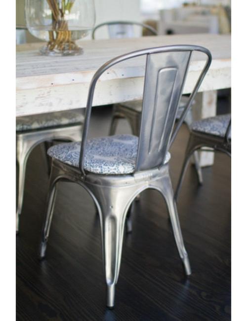 Dekoideen für Frühlingsdeko esstisch mit stühlen metall auflagen