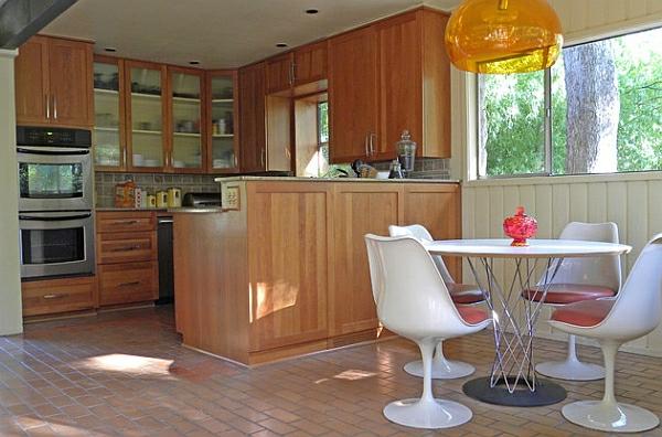 Einrichtungsideen für kleine Esszimmer weiß akryl stühle