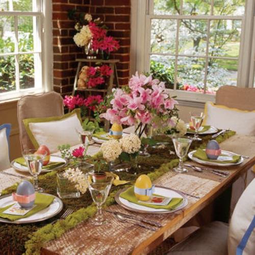 frische Blumen Tisch schön festlich eiserne Eimer Gestecke