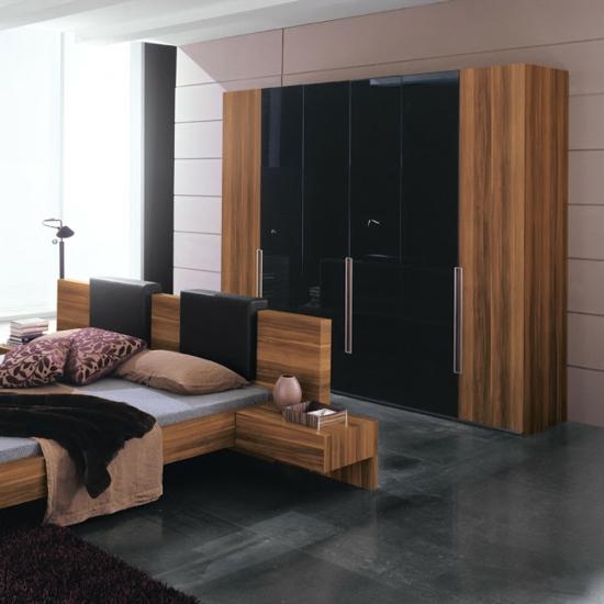 Kleiderschrank fürs Schlafzimmer warm holz schwarz oberflächen