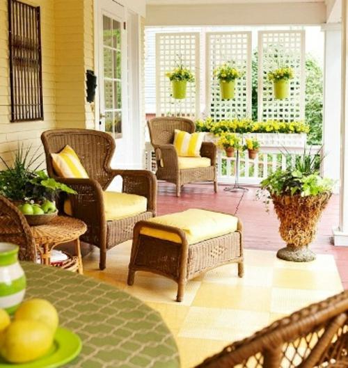 Gemütlichen Balkon gestalten gelb auflagen rattan möbel