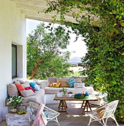 Gemütlichen Balkon gestalten gelb niedrig tisch holz