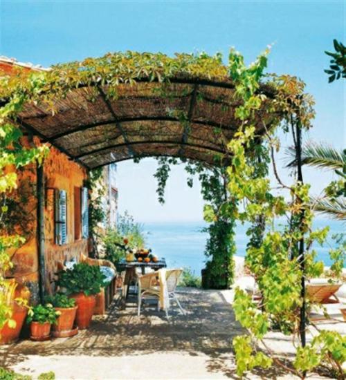 Gemütlichen Balkon gestalten gelb schutzdach gras schatten