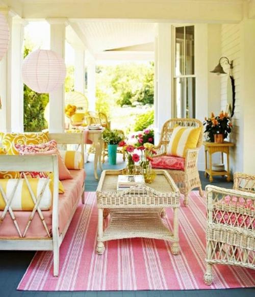 Gemütlichen Balkon gestalten rosa teppichläufer rosa streifen