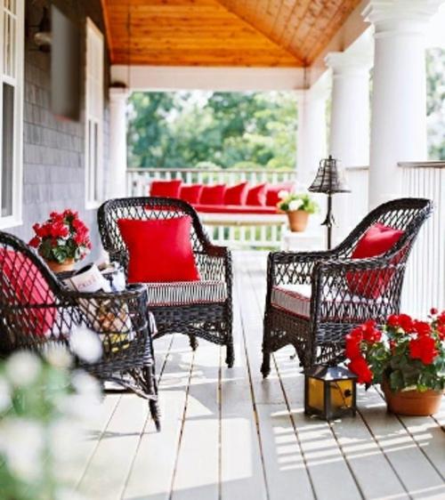 schönen Balkon gestalten rot rattan möbel kissen bodenbelag