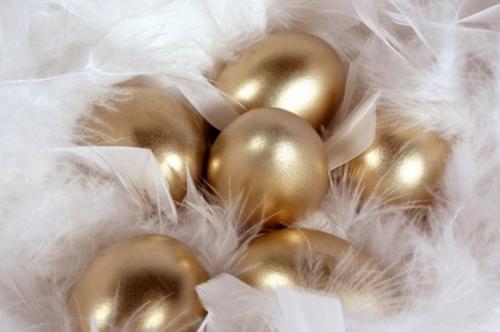 Ostereier basteln nest federn weiß Goldene