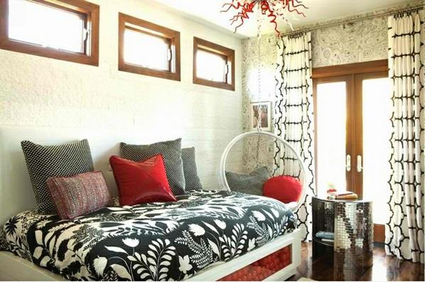 Hinreißender Schaukelstuhl im Schlafzimmer bettwäsche schwarz weiß rot