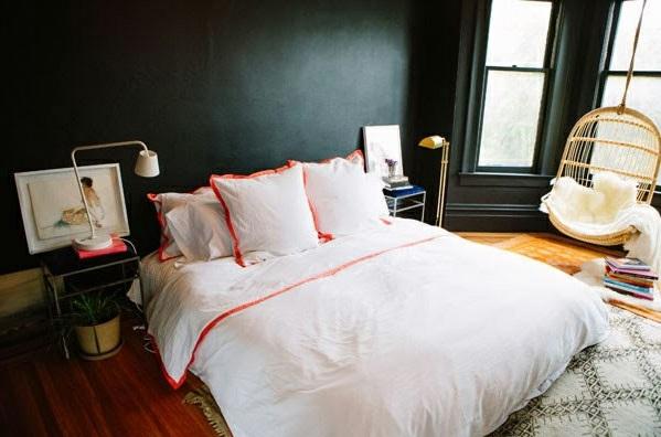 schöner Schaukelstuhl im Schlafzimmer dunkle wandgestaltung