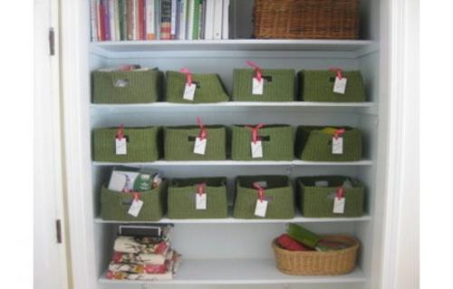 Home Office kompakt korb sachen etiketten markiert gegenstand