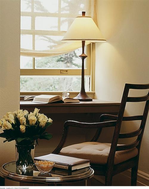 Home Office tisch blumenvase rosen tischlampe