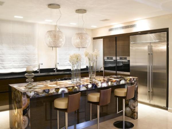 Kücheninsel gestalten oberflächen texturen rund kronleuchter