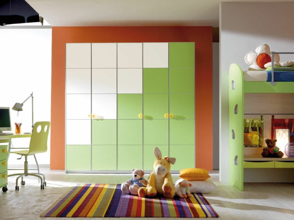 Kleiderschrank fürs Kinderzimmer geometrisch linien lebhaft