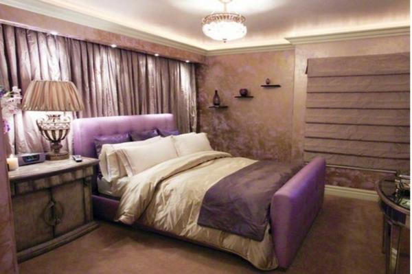 lila Schlafzimmer bett kopfteil stoff samt wand