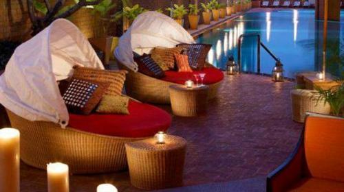 tolle Terrasse gestalten beistelltisch kerzen romantisch