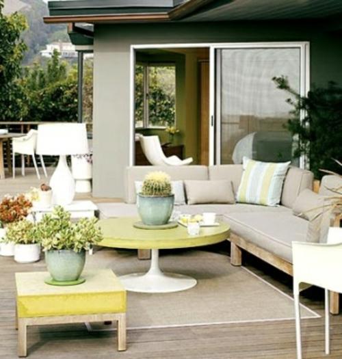 Terrasse gestalten liege tisch rund grün blumentopf