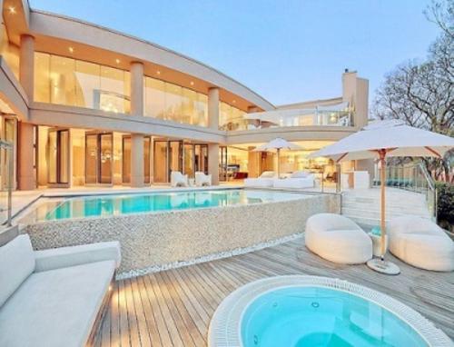 Terrasse gestalten pool möbel holz auflagen weiß