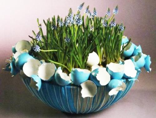 Osterdeko mit Frühlingsblumen blumenstrauß eierschalen blau