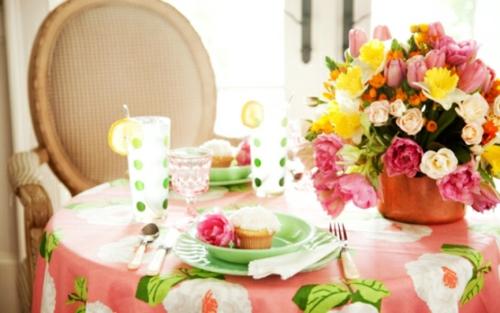 Osterdeko mit Frühlingsblumen blumenstrauß elegant