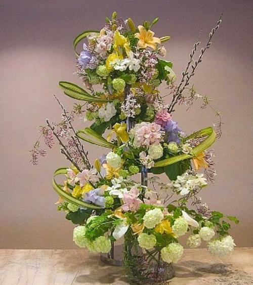 Osterdeko Frühlingsblumen frisch grün laub