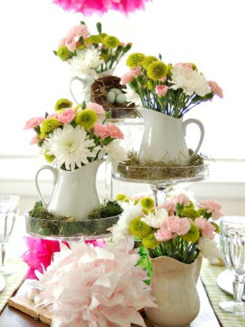 Osterdeko mit Frühlingsblumen frisch keramisch vasen