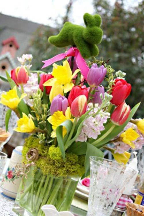 Osterdeko mit Frühlingsblumen frisch osterhase gras