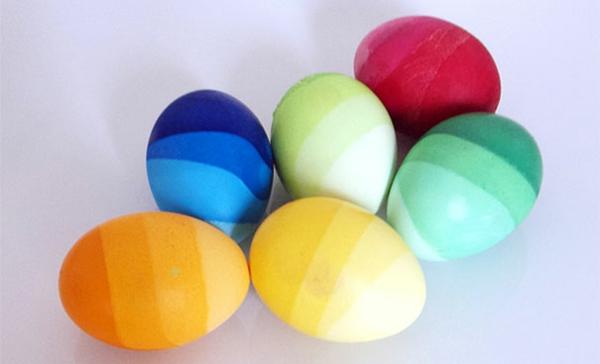 Ostern eier bemalen bunt farben wasser blass